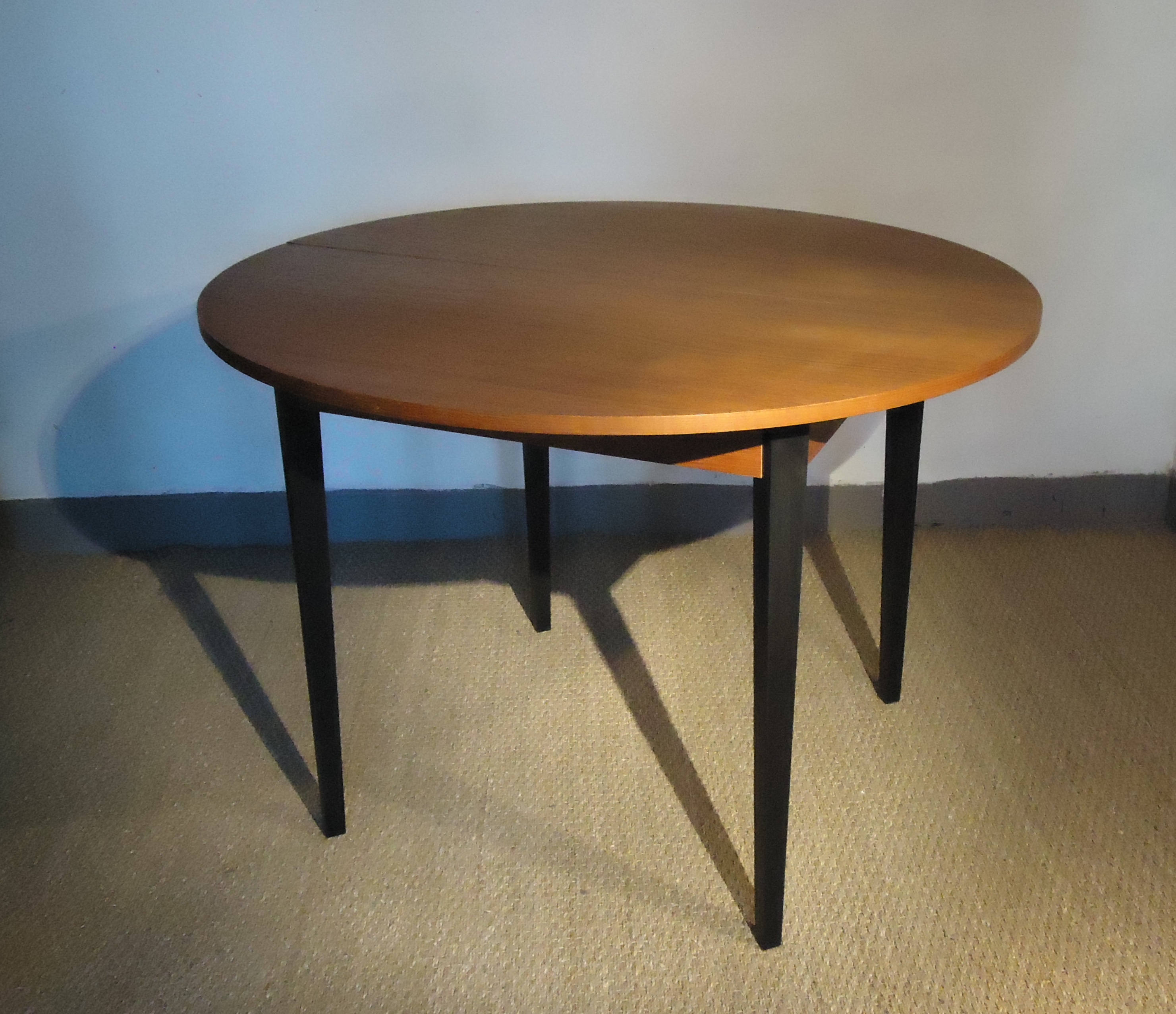 Table ronde scandinave vendu lu bee for Table a rallonge design scandinave