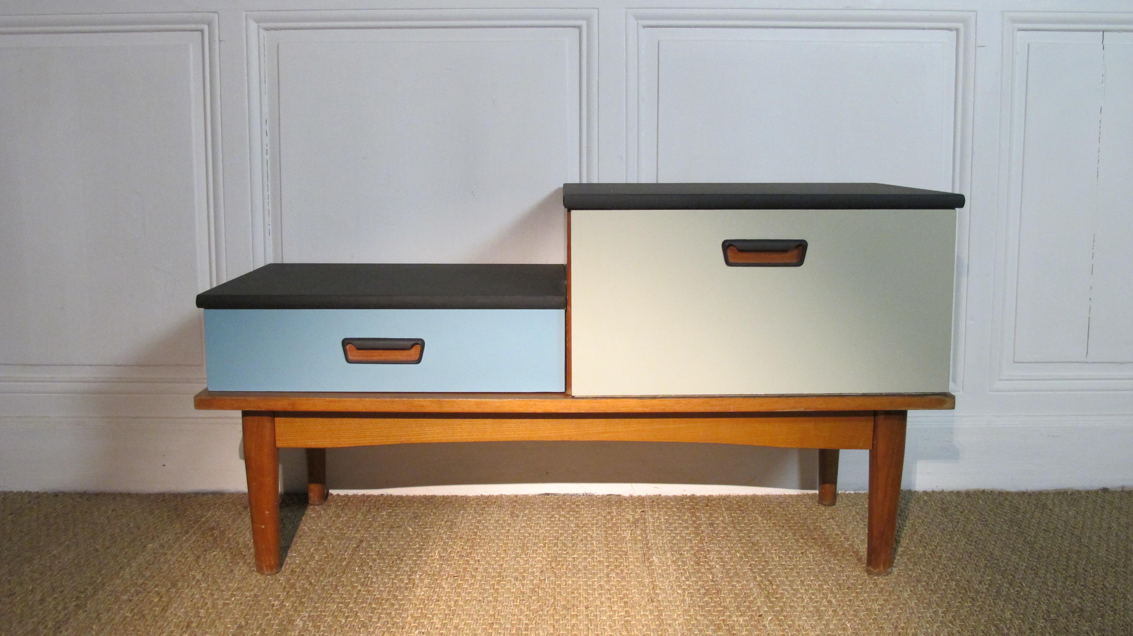 meuble bas de rangement en bois blanc avec tiroirs et. Black Bedroom Furniture Sets. Home Design Ideas