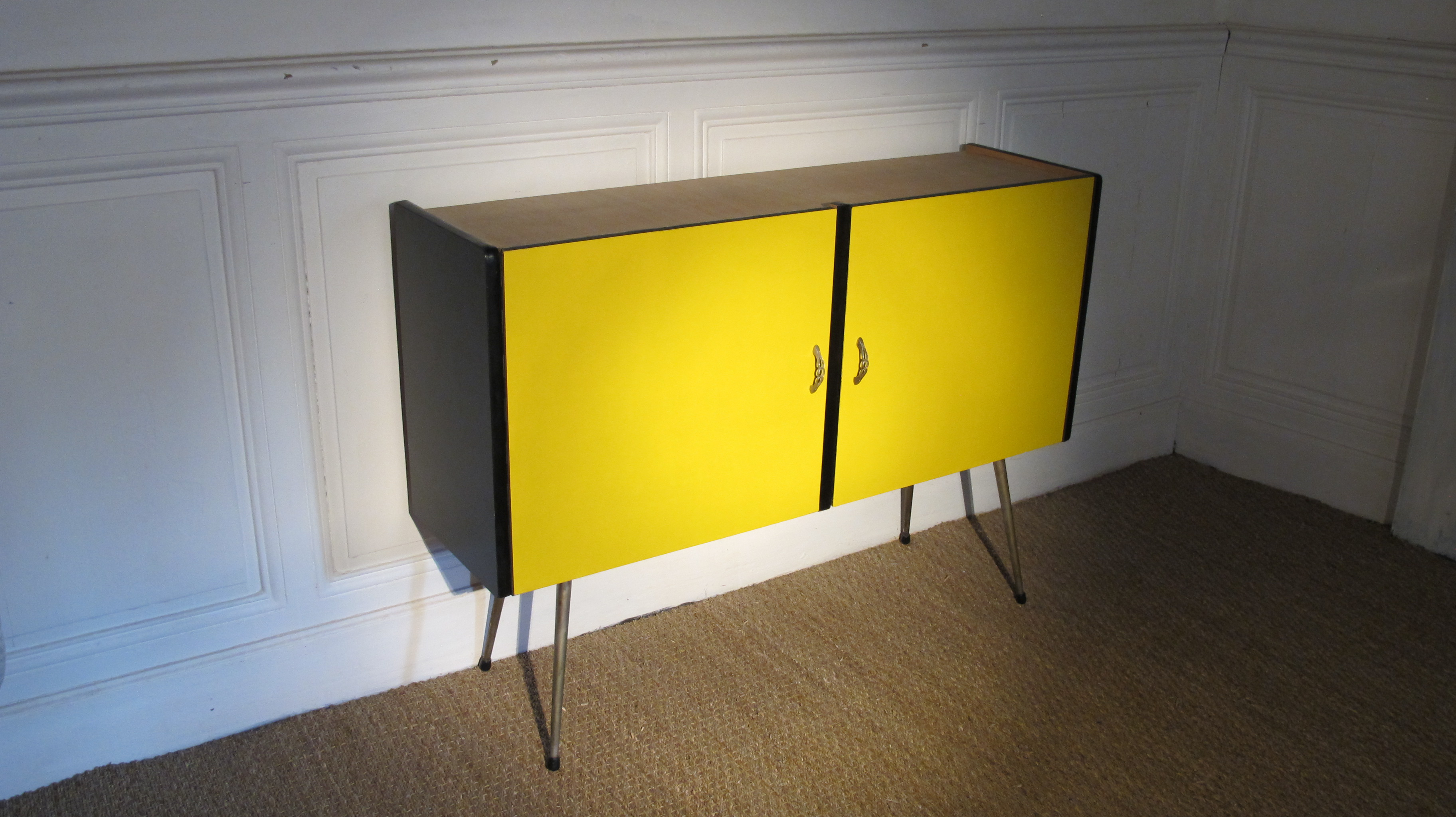 buffet jaune vintage vendu lu bee. Black Bedroom Furniture Sets. Home Design Ideas