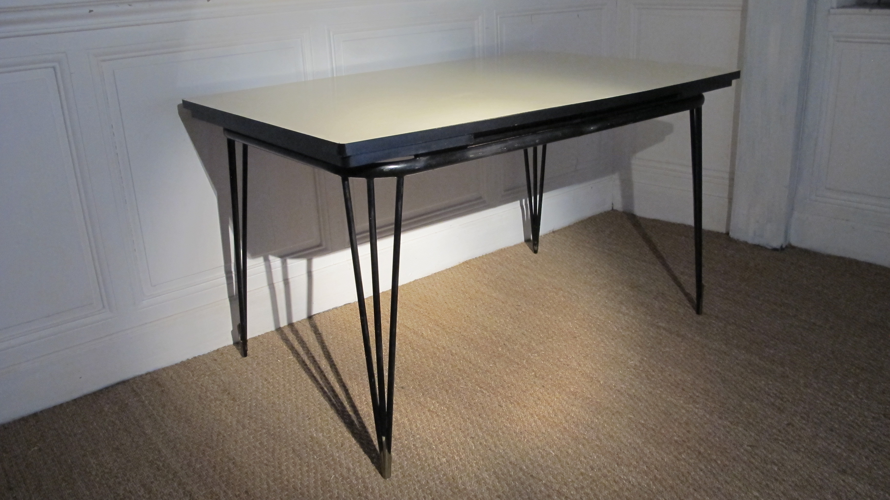 table en formica pieds tour eiffel vendu lu bee. Black Bedroom Furniture Sets. Home Design Ideas